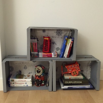 biblioteca hecha con cajas de fruta