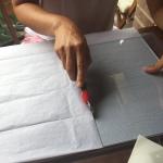 cortamos el papel de seda a la medida del cristal