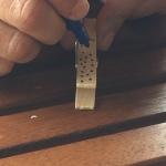 decoramos las pinzas con posca