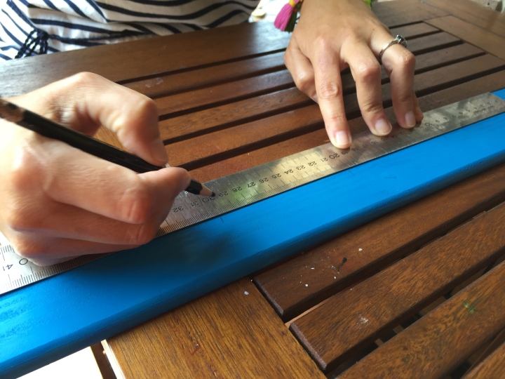 05. calendario semanal de madera para pared - marcamos la posición de las pinzas