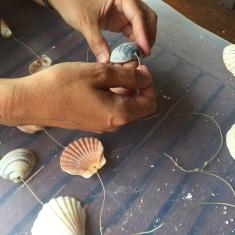 campanas de viento - pasamos las conchas por la cuerda