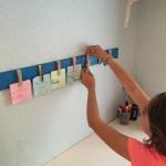 14. calendario semanal de madera para pared - colocamos las notas