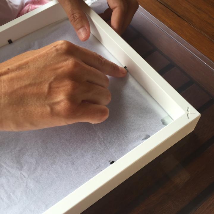 COMO HACER UNA CAJA DE LUZ - cerramos las pestañas para fijar el cristal al marco