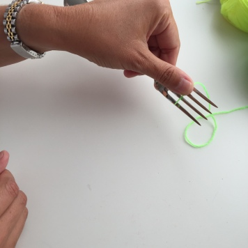 Enrollamos la lana al rededor del tenedor