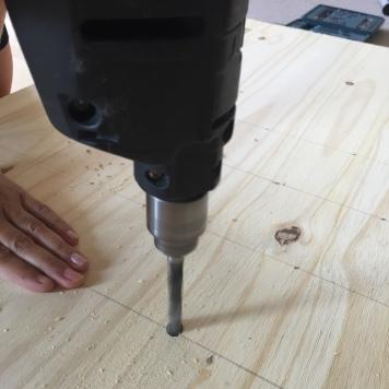 con el taladro hacemos los agujeros