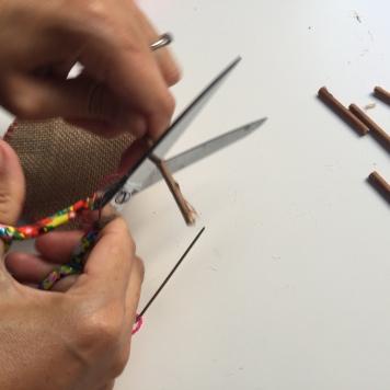 cortamos los palos en trozos pequeños