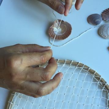 hacemos un nudo en la cuerda para hacer tope en las conchas