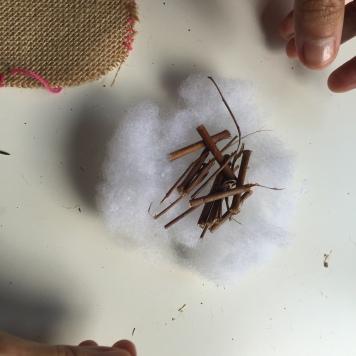 hacemos un nido con el algodón sintético