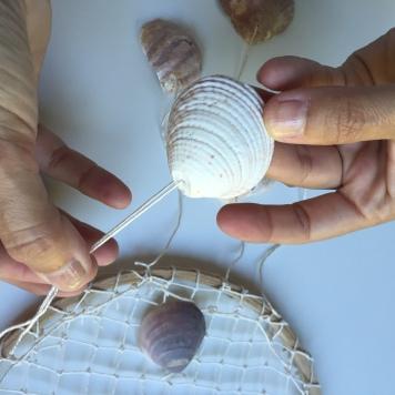 pasamos la cuerda por el agujero de la concha