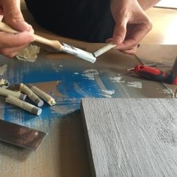 pintamos la punta de los colgadores con la pintura azul