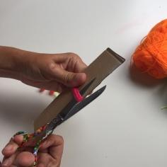cortamos en el otro extremo para hacer los flecos