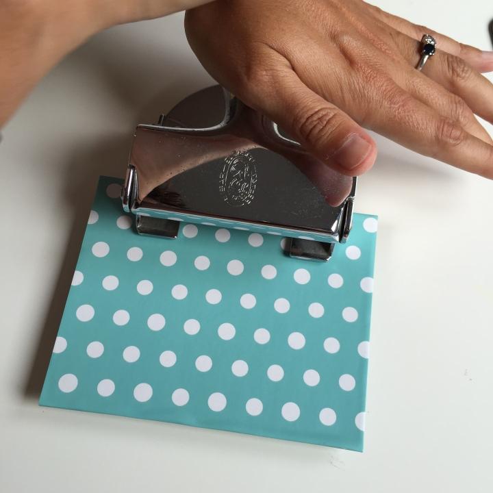 07-reciclamos-y-creamos-libretas-hacemos-los-agujeros-en-tapas-y-hojas