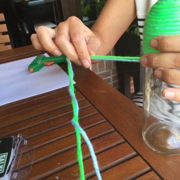 15-botellas-candelabro-decoradas-con-lana-enrollamos-hasta-el-final