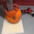 02-calabazas-decorativas-para-halloween-con-un-cuchillo-abrimos-la-calabaza
