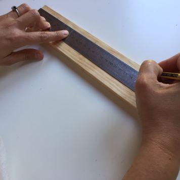02-portafotos-de-madera-y-pinzas-marcamos-los-puntos-donde-tenemos-que-perforar