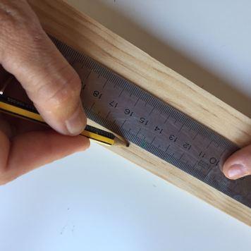 03-portafotos-de-madera-y-pinzas-en-total-haremos-6-agujeros