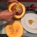 04-calabazas-decorativas-para-halloween-con-una-cuchara-sacamos-las-semillas