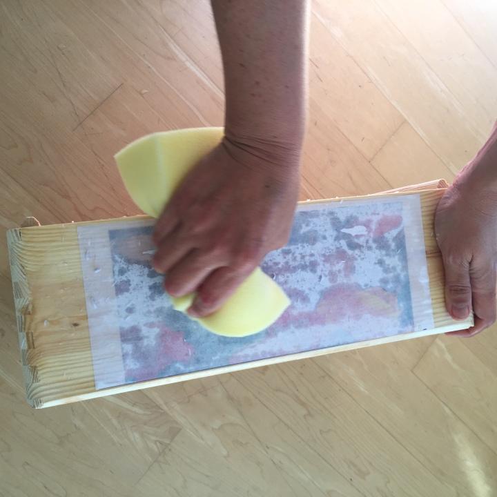 05-decoramos-una-caja-de-madera-con-foto-transfer-con-una-esponja-humedecemos-la-superficie