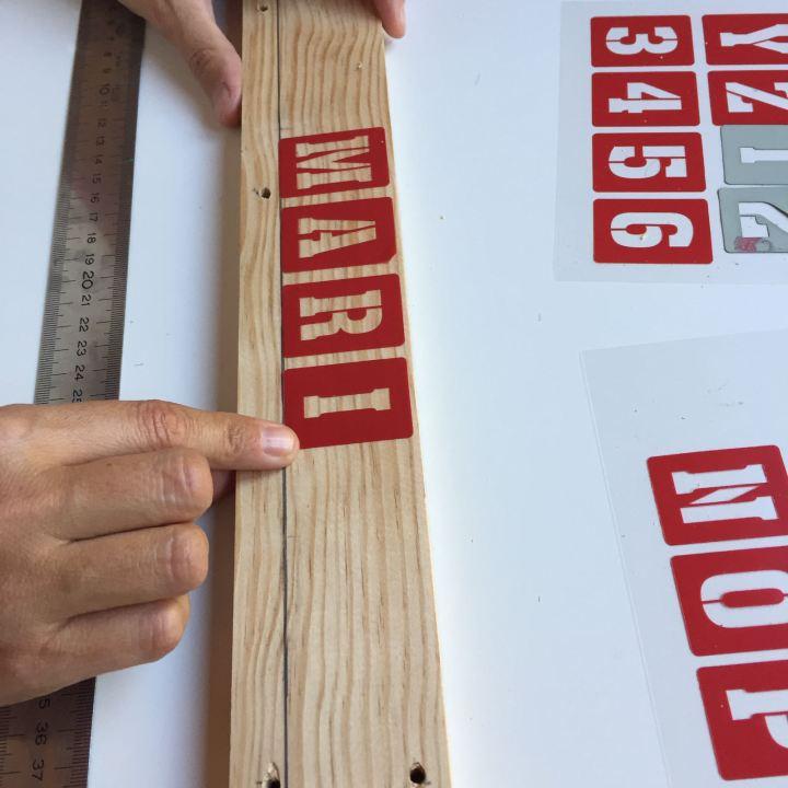06-portafotos-de-madera-y-pinzas-colcomamos-la-letras-adhesibas