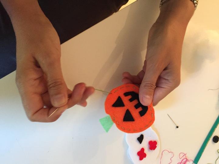 10-broches-para-halloween-cosemos-las-dos-partes-entre-si-con-hilos-de-colores-y-puntadas-grandes