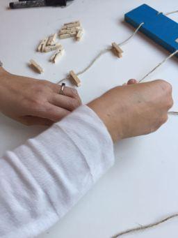 15-portafotos-de-madera-y-pinzas-colocamos-las-pinzas-de-madera