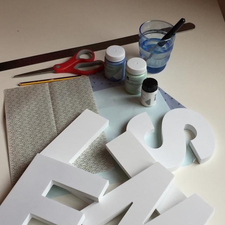 01-letras-de-madera-con-ch-alk-paint-y-decoupage-material-necesario