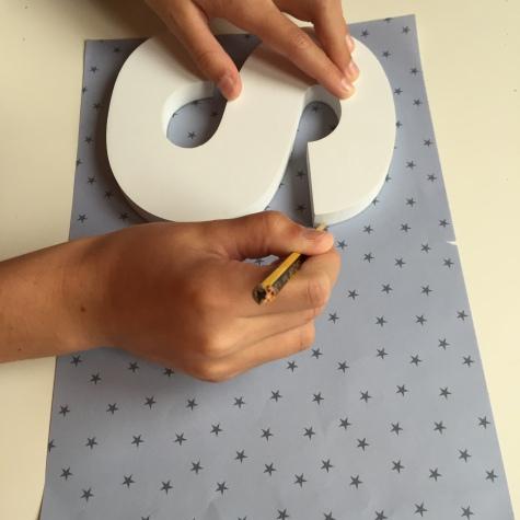 02-letras-de-madera-con-ch-alk-paint-y-decoupage-marcamos-la-silueta-en-el-papel