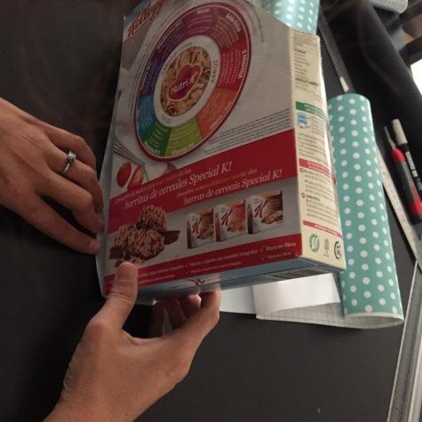 05-arcivadores-reciclados-con-cajas-de-cereales-forramos-con-vinilo-empezando-por-la-parte-de-atras