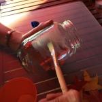 05-portavelas-de-otono-con-un-pincel-ponemos-cola-blanca-en-el-bote