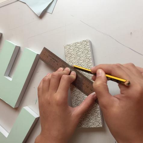 07-letras-de-madera-con-ch-alk-paint-y-decoupage-marcamos-la-linea-de-corte
