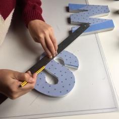 09-letras-de-madera-con-ch-alk-paint-y-decoupage-marcamos-las-lineas-diagonales