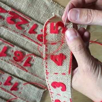 cosemos los numeros a los bolsillos con hilo rojo