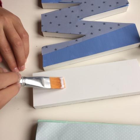 10-letras-de-madera-con-ch-alk-paint-y-decoupage-aplicamos-la-cola-decoupage-en-la-letra