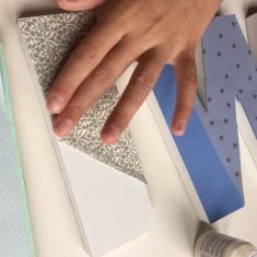 12-letras-de-madera-con-ch-alk-paint-y-decoupage-presionamos-bien-para-que-no-queden-arrugas