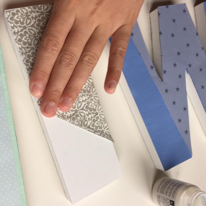 13-letras-de-madera-con-ch-alk-paint-y-decoupage-estiramos-bien-el-papel