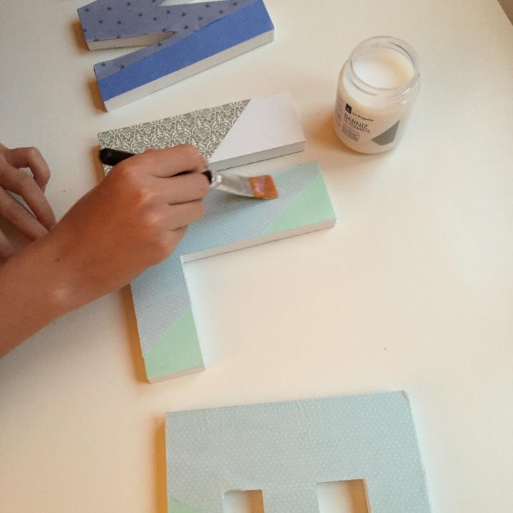 14-letras-de-madera-con-ch-alk-paint-y-decoupage-damos-una-capa-de-barniz-para-proteger