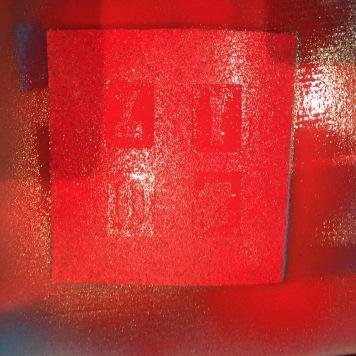 pegamos las plantillas de numero en el corcho y pintamos con spray