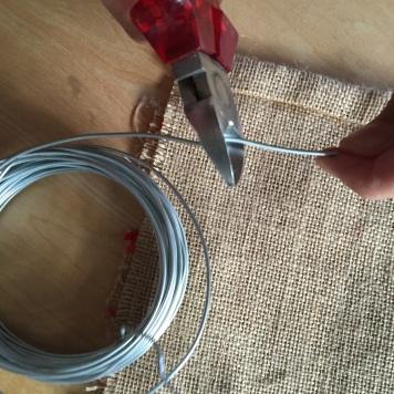 18-calendario-de-adviento-de-saco-y-lana-cortamos-un-trozo-de-alambre-de-30-cm