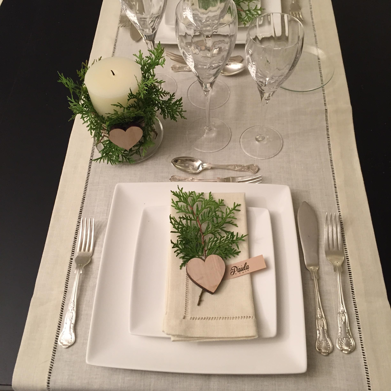 Adornos de madera y pino para mesa de fiesta