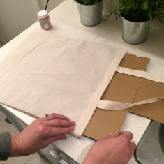 02. DIY_totebag_personalizada_chalkpaint_ manzanas_estampadas_colocamos_cartón
