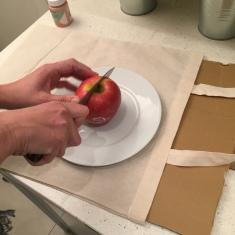 03. DIY_totebag_personalizada_chalkpaint_ manzanas_estampadas_cortamos_manzada