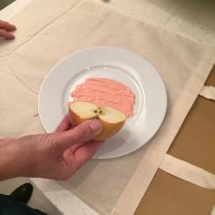 05. DIY_totebag_personalizada_chalkpaint_ manzanas_estampadas_cargamos_pintura_manzama