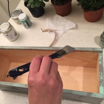 07. DIY_caja_madera_vino_decaàda_cpnvertida_maceta_ rematamos_segunda_capa_pintura_gris