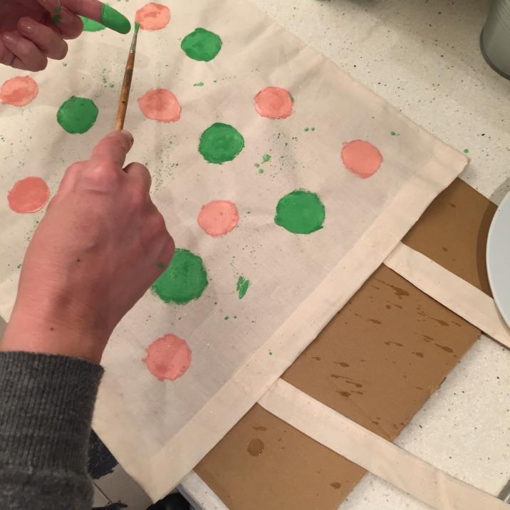 21. DIY_totebag_personalizada_chalkpaint_ topos_colores_salpicad_pintura
