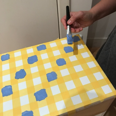 11. diy_pintar_estantería_diseño_cuadrados_pintar_cuadrados
