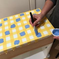 12. diy_pintar_estantería_diseño_cuadrados_pintar_cuadrados