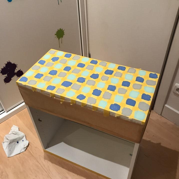 15. diy_pintar_estantería_diseño_cuadrados_dejar_secar