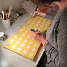 17. diy_pintar_estantería_diseño_cuadrados_pintar_cuadrados