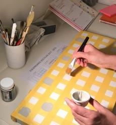 18. diy_pintar_estantería_diseño_cuadrados_pintura_chalk_paint
