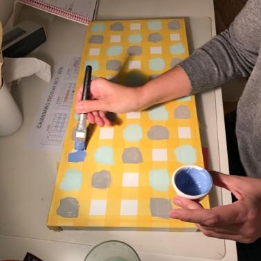 19. diy_pintar_estantería_diseño_cuadrados_tres_colores